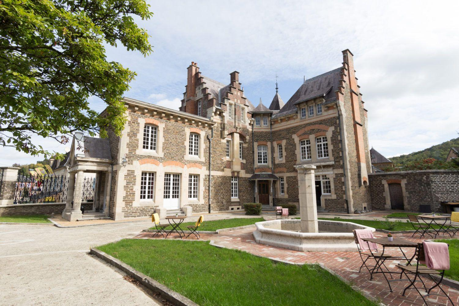 Beautiful and romantic Catle in Bogny-sur-Meuse with several luxury suites in France